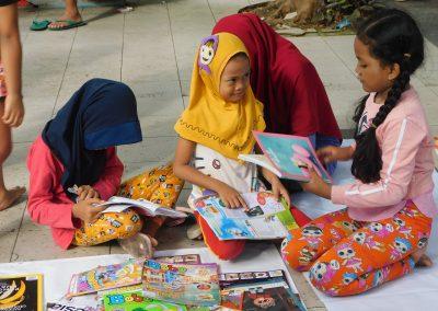 Anak-anak memilih & membaca buku cerita
