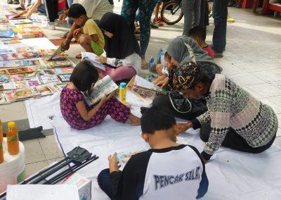 Pengunjung memanfaatkan layanan baca di tempat